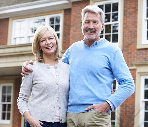 Paar steht vor Ihrem Haus